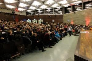Foto des gefüllten Anna-Siemsen-Hörsaals vor Beginn der Premiere