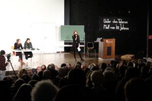 Sinah Mielich, Helen Vogel und Pia-Sophie Kantor bei der Begrüßung auf der Bühne des Anna-Siemsen-Hörsaals